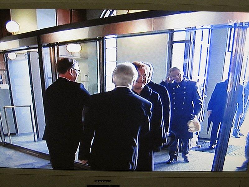 Внутри президентов встречали члены правительства