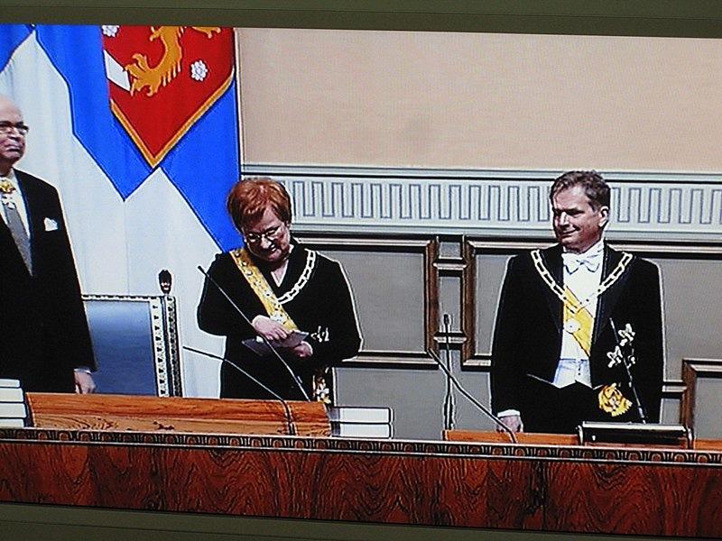 Сначала Тарья Халонен читала речь, стоя справа от Ниинисте