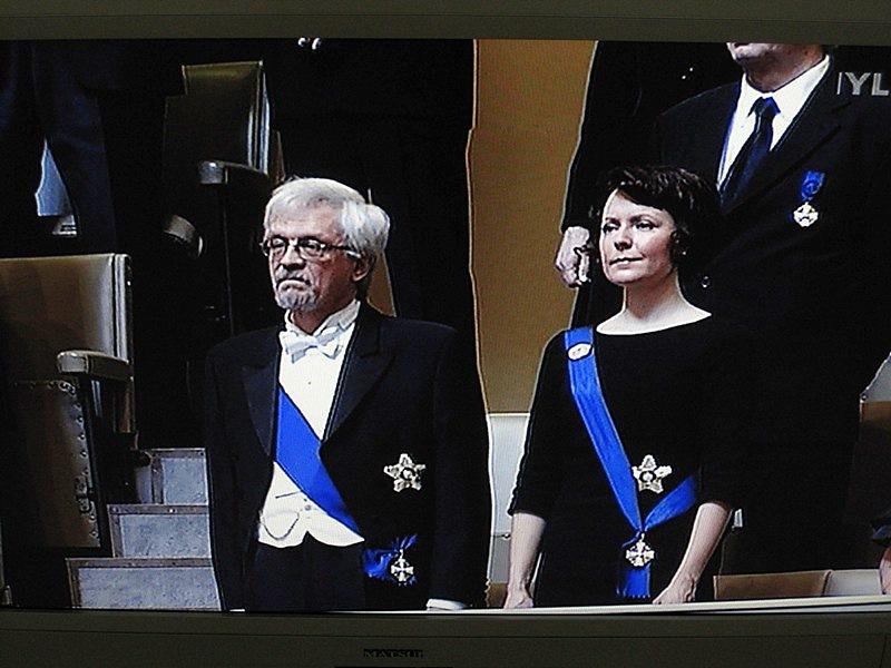 На фотографии в Парламенте стоят муж Тарьи Халонен, Пентти Араярви,  и жена Саули Ниинисте