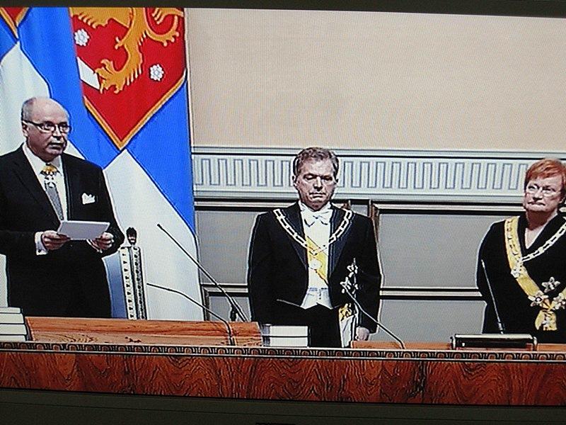 Снова читает речь спикер парламента Ээро Хейнялуома