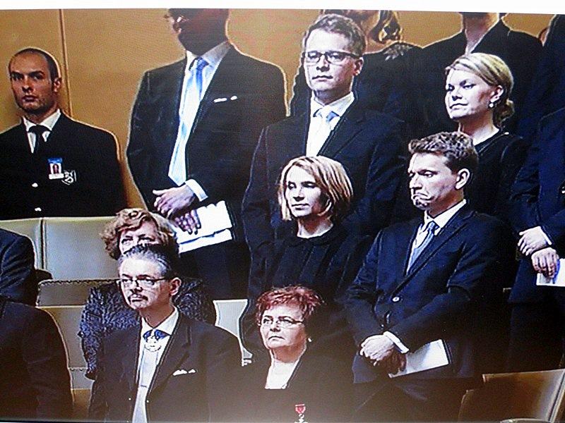 Все члены парламента встали