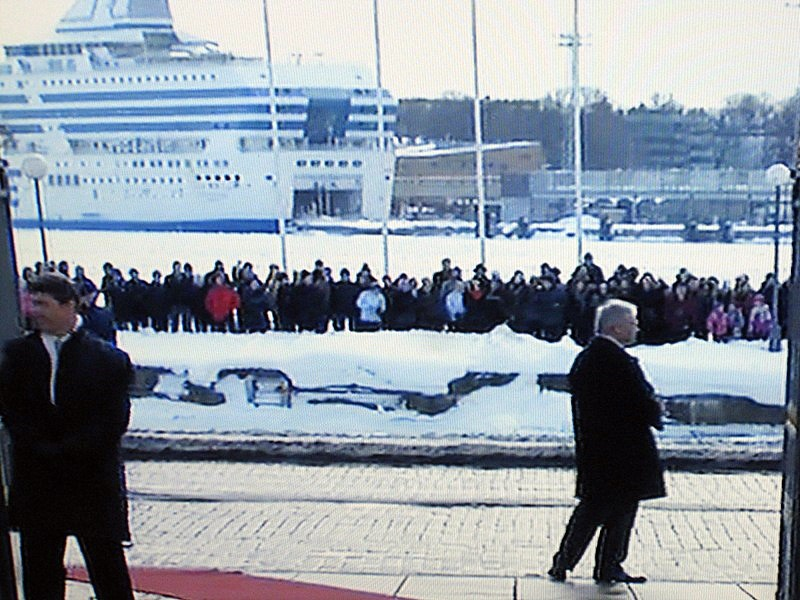 У президентского дворца кортедж ждали охрана и служащие