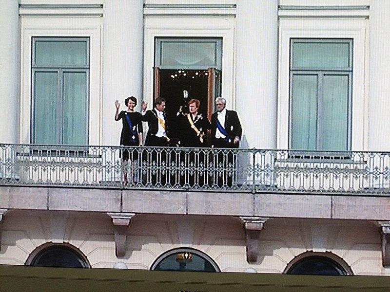 За президентами вышли супруги и все стали махать столпившимся у дворца людям, а люди им