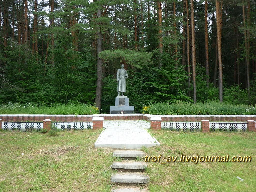 Памятник павшим в Великой Отечественной в декабре 1941, общий вид. Калужская обл., на въезде в г. Киров