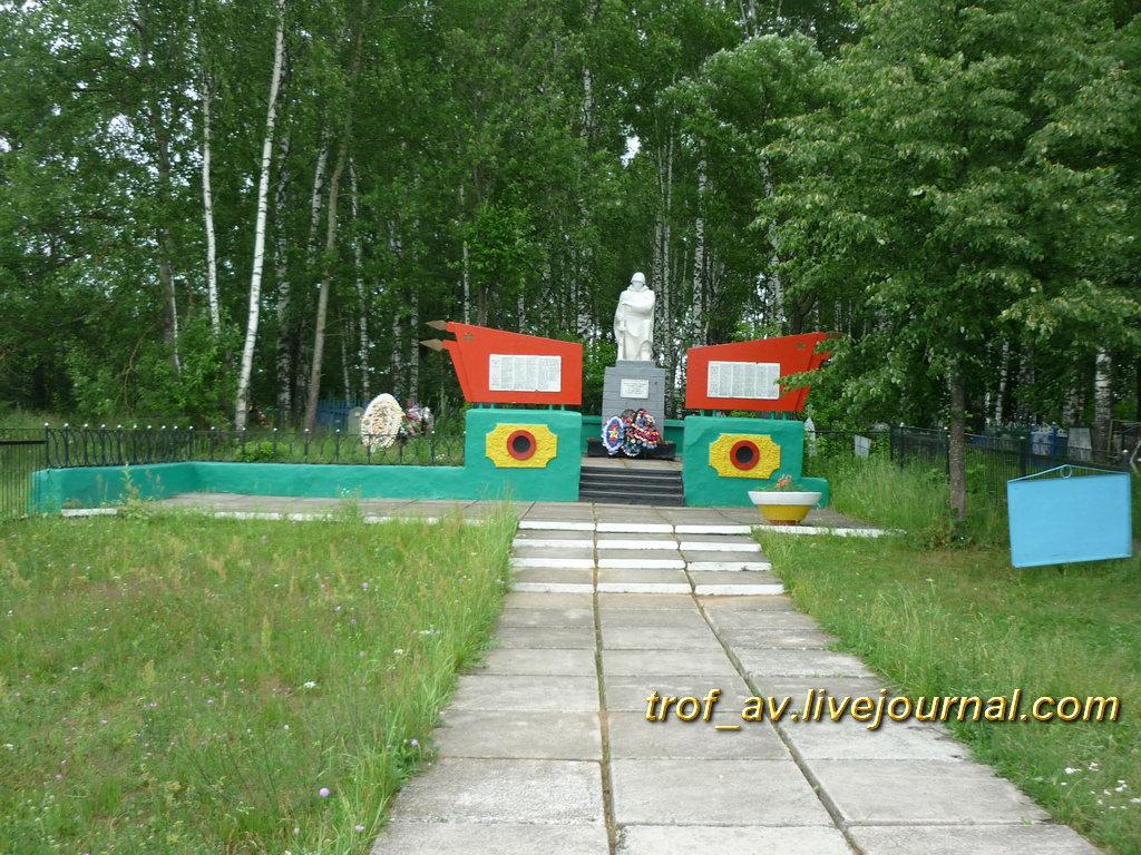 Памятник павшим в Великой Отечественной, общий вид. Манино Калужской обл.