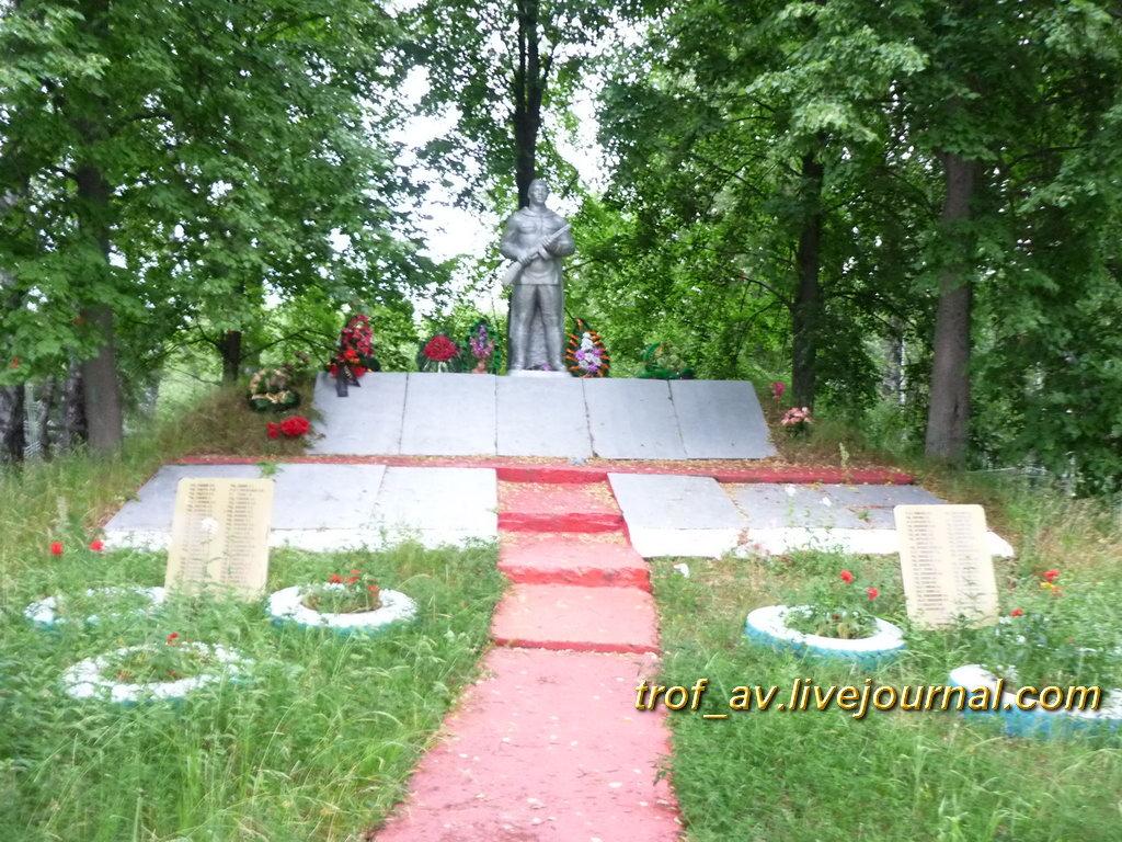 Братское захоронение на кладбище у Петровки, общий вид. Калужская обл.